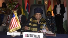 إيلين جونسون سيرليف رئيسة ليبيريا، والرئيسة الدورية للإيكواس.