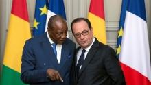 الرئيس الغيني آلفا كوندي مع الرئيس الفرنسي افرانسوا هولاند.