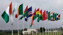 أعلام الدول الأعضاء في الإيكواس أمام مكان انعقاد القمة 51 ليبيريا.