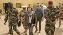 وزيرة الجيوش الفرنسية فلورنس بارلي رفقة بعض القادة العسكريين بمدينة سيفاري.