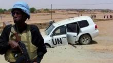 أحد جنود بعثة الأمم المتحدة في مالي أمام آلية تابعة للمنظمة الدولية بعد انفجار عبوة ناسفة بالقرب من كيدال (شمال) في 14 يوليو 2016
