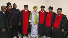 أعضاء لجنة المحكمة العليا في ليبيريا رفقة رئيسة البلاد إيلين جونسون سيرليف.