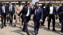الرئيس الفرنسي إيمانويل ماكرون خلال وصوله العاصمة الغانية أكرا.