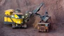 """آليات تابعة للشركة الوطنية للصناعة والمناجم """"اسنيم"""" داخل مناجم الحديد في ولاية تيرس الزمور شمالي موريتانيا"""