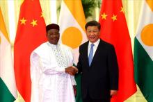 الرئيس الصيني شي جين بينغ والرئيس النيجري محمدو إسوفو.