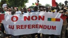 """تنسيقية """"لا تلمس دستوري"""" خلال مسيرة سابقة بالعاصمة باماكو."""
