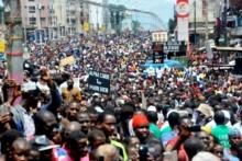 جانب من المشاركين في المسيرة التي خرجت بكوناكري تدعو لتنظيم الانتخابات البلدية.