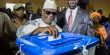 الرئيس المالي ابراهيم بوبكر كيتا خلال تصويته في الانتخابات الرئاسية 2013.