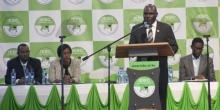 وافولا اتشيبوكاتي رئيس لجنة الانتخابات بكينيا رفقة بعض أعضاء اللجنة.