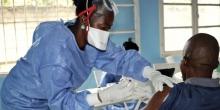 أحد أطباء منظمة الصحة العالمية يحقن ضد الإيبولا.