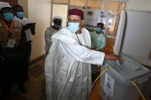 محمد بازوم خلال الإدلاء بصوته في الجولة الثانية من الانتخابات الرئاسية