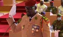 العقيد مامادي دومبويا لدى أدائه اليمن رئيسا انتقاليا لغينا كوناكري