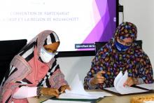 المديرة العامة لشركة توزيع الأسماك محجوبة بنت حبيب، ورئيسة جهة نواكشوط فاطمة بنت عبد المالك خلال توقيع الاتفاقية