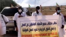 أطباء عاطلون خلال وقفة احتجاجية للمطالبة بالاكتتاب