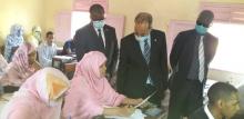 وزير التهذيب الوطني محمد ماء العينين ولد أييه في حديث مع إحدى المشاركات في الامتحان اليوم