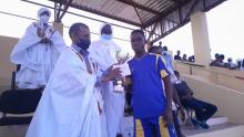 عمدة البلدية اج ولد الدي يسلم الكأس والجائزة لقائد فريق البيطرة