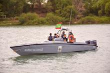 عناصر من البحرية خلال جولة في نهر السنغال (وما)