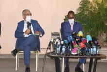 وزير الثقافة والشباب والرياضة العلاقات مع البرلمان الناطق باسم الحكومة المختار ولد داهي (يسار) خلال اللقاء البارحة (الأخبار)