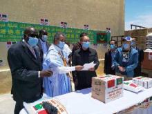 جانب من عملية تسليم المواد الغذائية لعمدة المدينة القاسم بلالي/ الأخبار