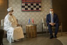 وزير الخارجية التركي مولود تشاووش أوغلو ورئيس بعثة الأمم المتحدة في مالي محمد صالح النظيف خلال مباحثات في باماكو