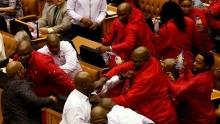 """اشتباك بالأيدي بين برلمانيين من حزب """"المناضلون من أجل الحرية الاقتصادية"""" وعناصر من الأمن بالجمعية الوطنية في جنوب إفريقيا."""